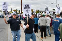 workers picket